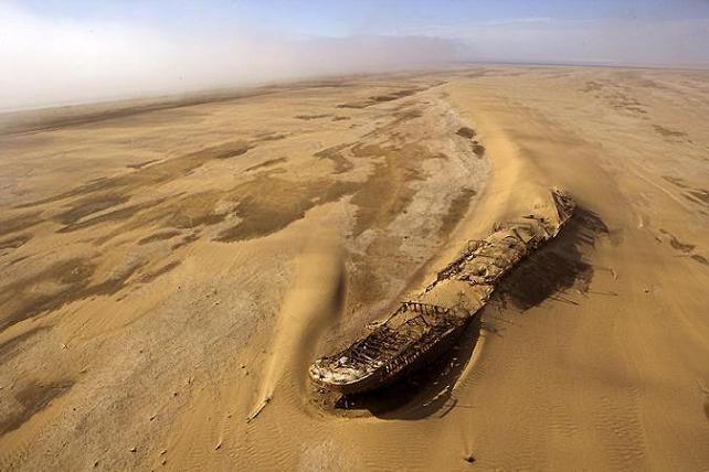 Barco sepultado en el Mar de Aral