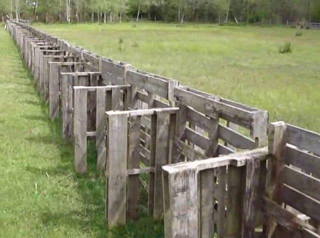 Una valla con palets reforzada