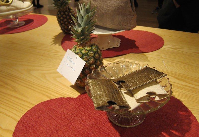 Monedero hecho con cuero vegetal Piñatex