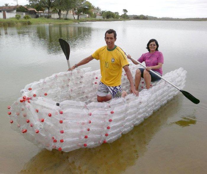 Barca con botellas de plástico