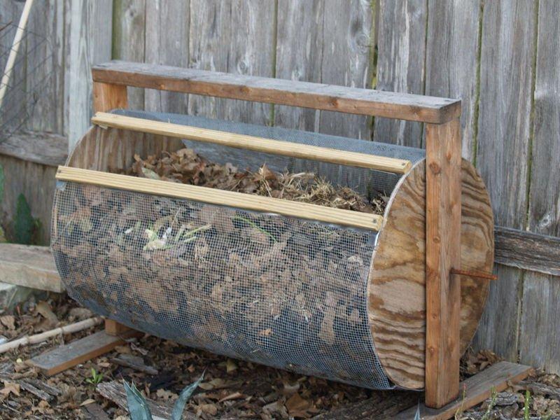 Compostador tipo tambor con alambre y madera