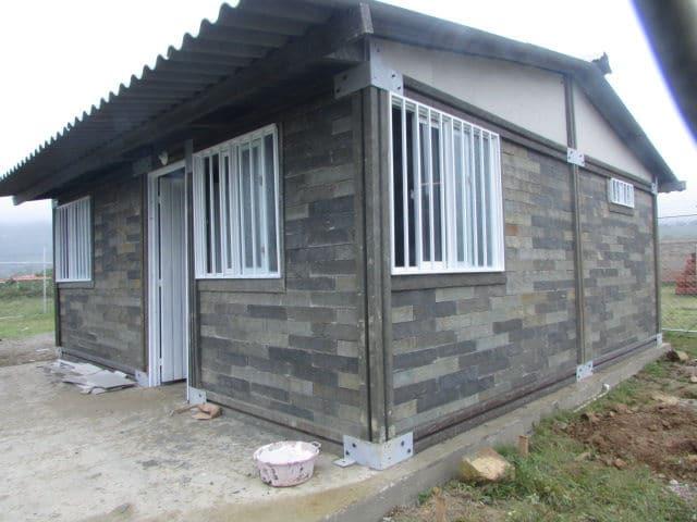Casa con ladrillos de plástico