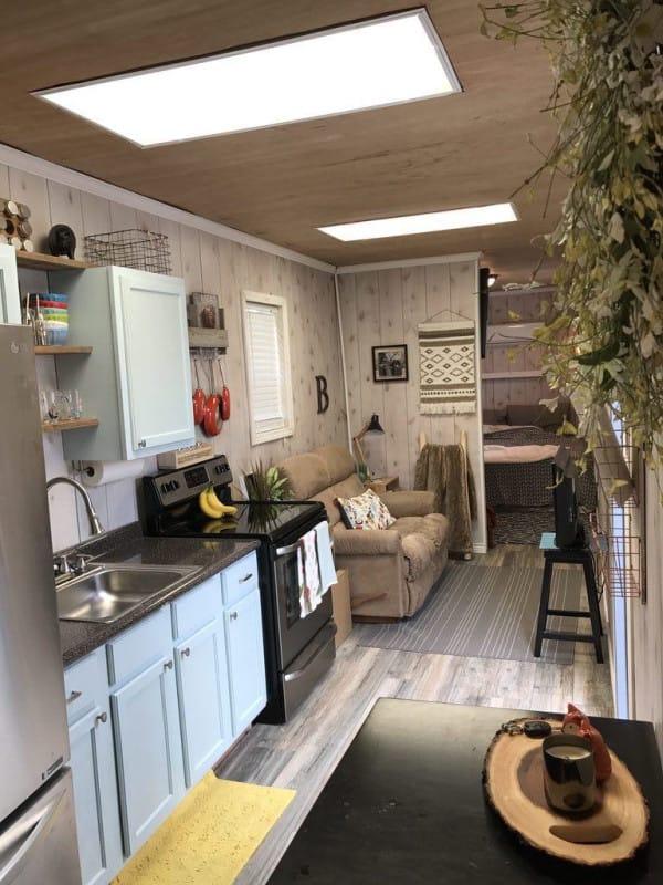 en tonos claros y clidos el interior parece ensancharse para acoger un amplio saln con la cocina integrada tras el que with maritimos para vivienda