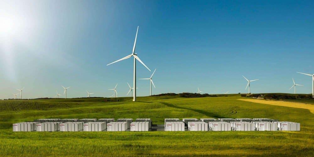 Primer proyecto solar, eólico y de almacenamiento con Powerpacks