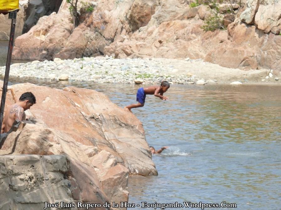Niño lanzándose al agua.
