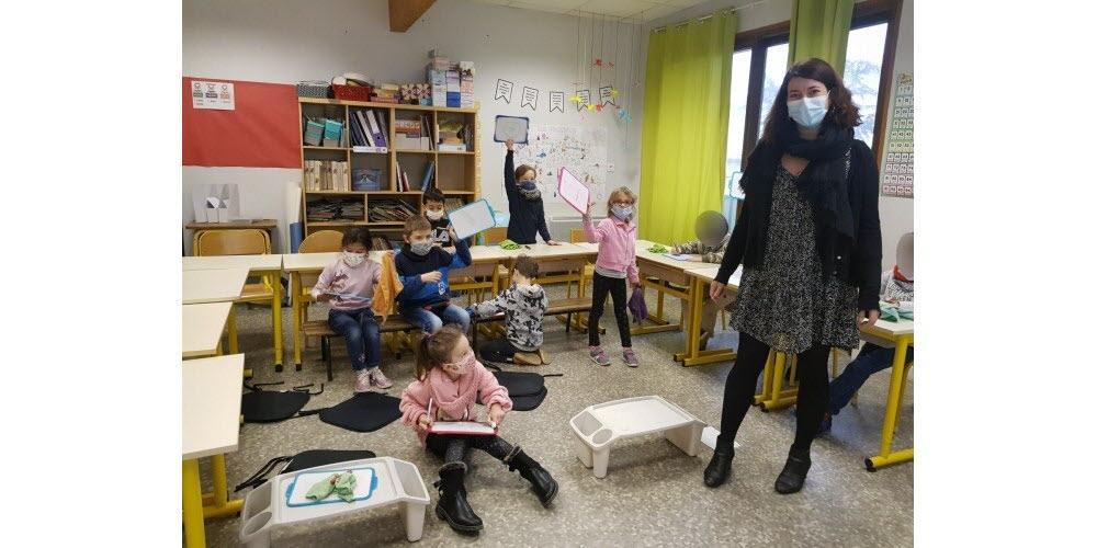 La classe de cp ce1 d anne laure guyard en demi groupe les enfants font du calcul mental assis sur un banc a un bureau par terre ou debout photos le dl edith rivoire 1606848341