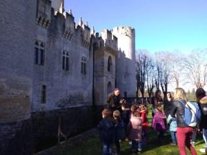 Vendredi 15 février les élèves de maternelle sont partis visiter le château de Roquetaillade. Ce fut une journée magnifique! Après avoir observé le château de l'extèrieur en découvrant les douves, le donjon, les meurtrières, les créneaux...ils sont entrés découvrir les pièces du château :l'immense cuisine , la chambre des princesses, les casques de chevaliers