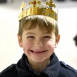 Un petit roi bien heureux lors de la galette des rois 2019 à l'école Notre Dame de l'Espérance