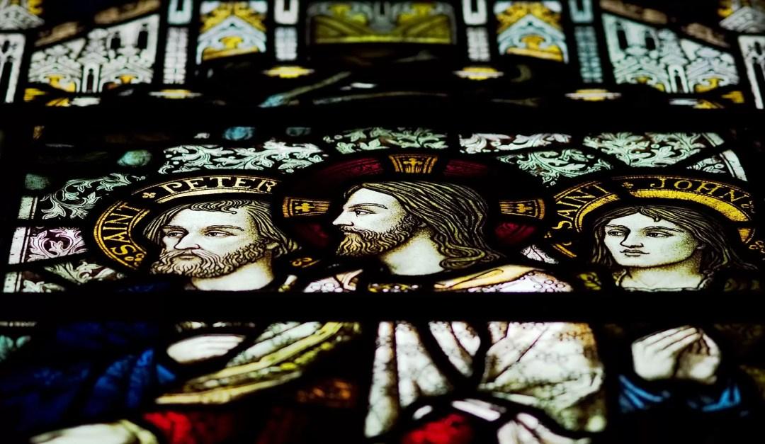Photo d'un vitrail montrant Jésus-Christ accompagné de Saint Pierre et de Saint Jean