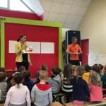 Adèle et Jérôme avec les élèves de maternelle.