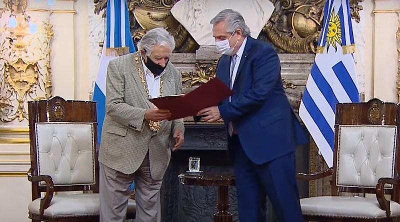 """Fernández destacó """"compromiso y conducta"""" de 'Pepe' Mujica al condecorarlo en la Casa Rosada"""