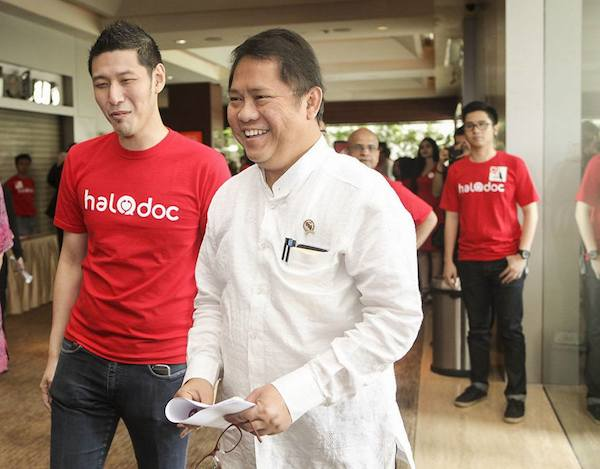 HaloDoc founder and CEO Jonathan Sudharta (red shirt)