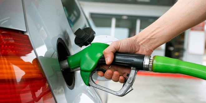 Bajan precios de los combustibles