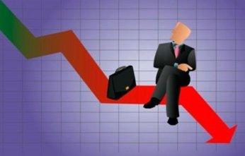 EAdolfo Castilla: el economista permanece sentado tranquilamente mirando al pasado.