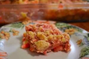 Carrés de gâteau au fromage fraise-rhubarbe