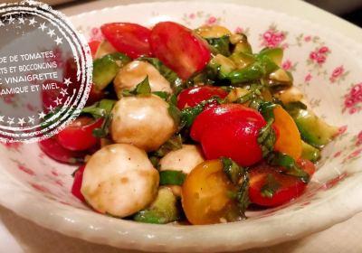 Salade de tomates, avocats et bocconcinis avec vinaigrette balsamique et miel