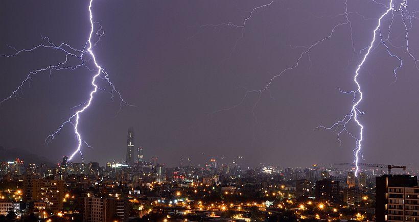 28 de Febrero del 2015/SANTIAGO Una inusual Tormenta Eléctrica, sorprendió a los santiaguinos en el ultimo día de Febrero, el fenómeno climático  afecto a los sectores de la pre cordillera de santiago. FOTO: Hans von Marttens/AGENCIAUNO