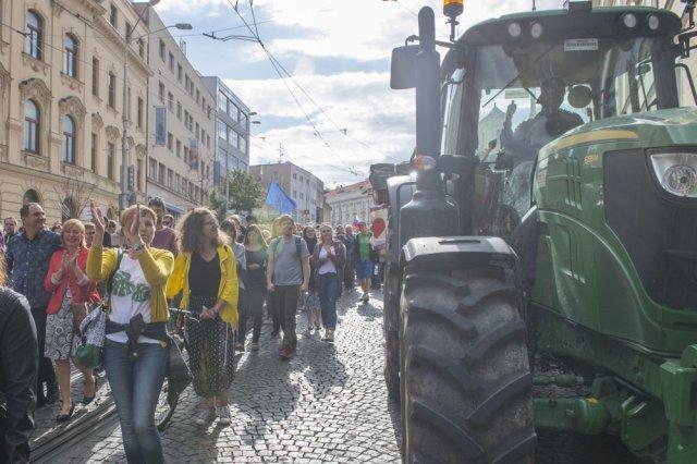 Plusieurs milliers de protestants ont supporté les manifestations en faveur des agriculteurs, à Bratislava, devant le bureau du gouvernement slovaque.