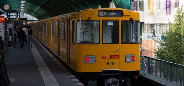 """Le réseau de transport public de Berlin fonctionne en grande partie sur un """"système basé sur la confiance"""", où les passagers sont encouragés à acheter des billets sur la plate-forme mais ne font face à aucune barrière physique."""