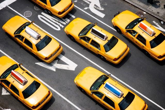 Mais cette croissance a mis à genoux les taxis jaunes emblématiques de New York et, depuis décembre, six chauffeurs de taxi jaune se sont suicidés.