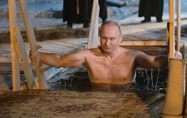 Le président russe Vladimir Poutine a plongé dans les eaux glacées