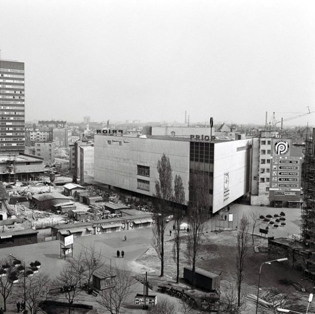 Ouverture de la première partie du grand magasin Prior en 1968.
