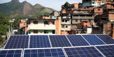 L'énergie solaire fixée dans les favelas de Rio et l'analyse de l'utilisation de l'énergie solaire photovoltaïque pour la production d'électricité donnent à penser que cette technologie présente un avantage financier, photo-récréation sur Internet.