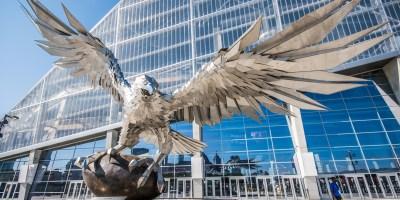 Le talentueux artiste hongrois a été mandaté par les Atlanta Falcons pour créer une statue de faucon colossale