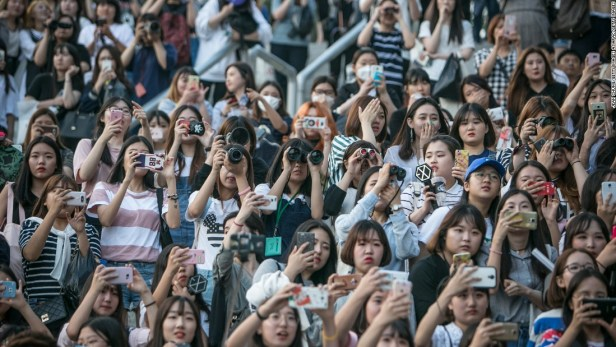 160819153551-k-pop-fans-super-169