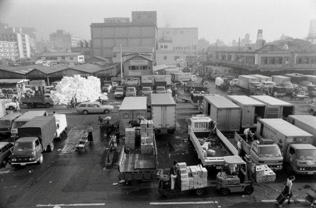 Tsukiji Marché de Tsukiji (1977) Les halls ont été construits il y a 83 ans et des plans de déménagement ont été faits il y a 17 ans.