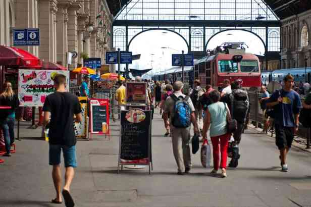 train-at-budapest-keleti-station-1000x666