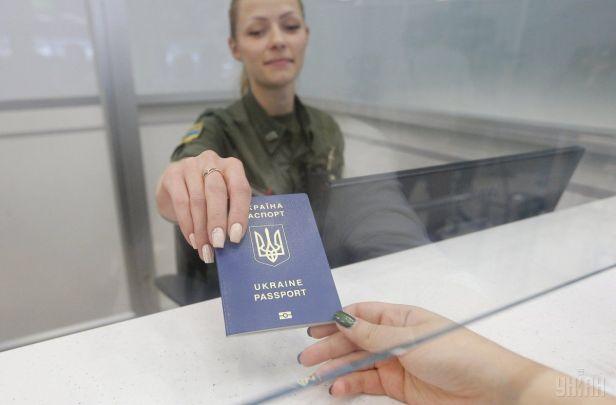 Délivrer des passeports russes aux citoyens ukrainiens de l'est d'un acte purement humanitaire - Lavrov