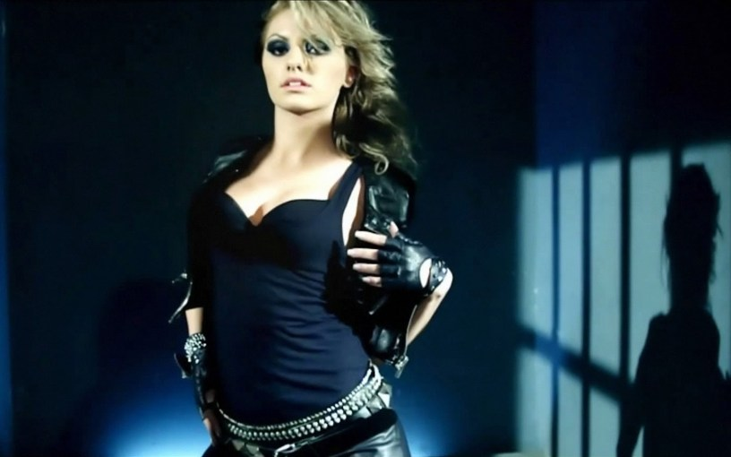 La célèbre chanteuse roumaine Alexandra Stan parle des abus de l'ancien manager