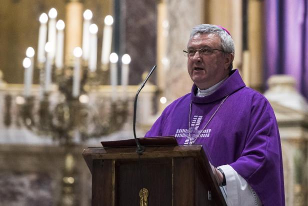 Il a noté qu'en vertu des nouvelles règles récemment publiées par le pape François, les diocèses ont un an pour concevoir des systèmes de signalement des abus.