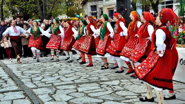 2.-1000-Bulgarian-costumes-in-one-place_Europe_Davidsbeenhere-Photo-credit-www.destinationrazlog.com_