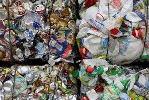 """""""C'est nettement moins que les pays en première ligne, y compris la Norvège avec près de 800 kilogrammes par habitant et par an"""", a déclaré Brinzík au Slovaque Spectator. Plus de déchets chaque année"""