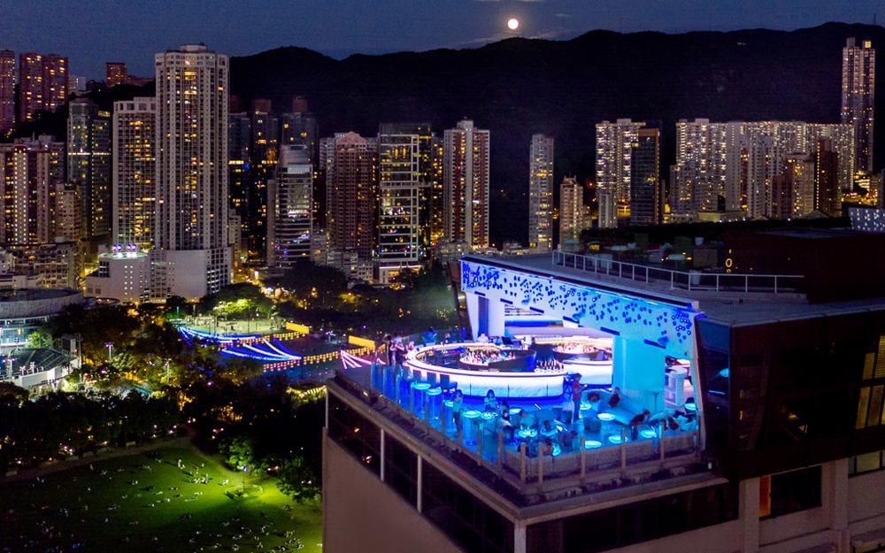 Hong Kong fermera les bars et les discothèques à partir de jeudi en raison d'un virus