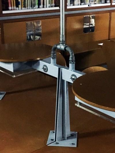 Detalle conducción y encuentro de la instalación eléctrica en los escritorios