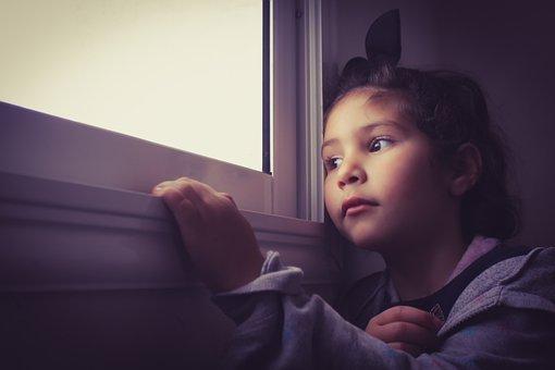 窓を眺める女の子
