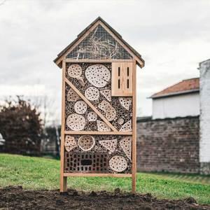 Insectenhotel, gemaakt uit lariks en bamboo. Deze nestkast is op maat gemaakt voor insecten in een park.