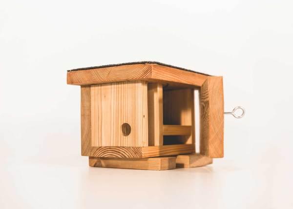 Wezelnestkast, gemaakt uit lariks. Deze nestkast is op maat gemaakt voor de wezel.