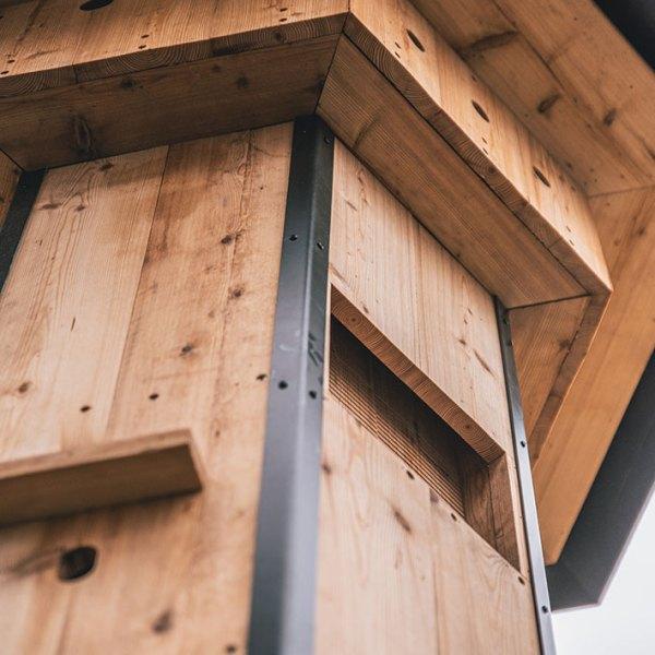 faunatoren met verschillende nestmogelijkheden, voor de spreeuw, mussen, vleermuizen, egel, voederkast
