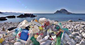 Πλαστικά στις θάλασσες