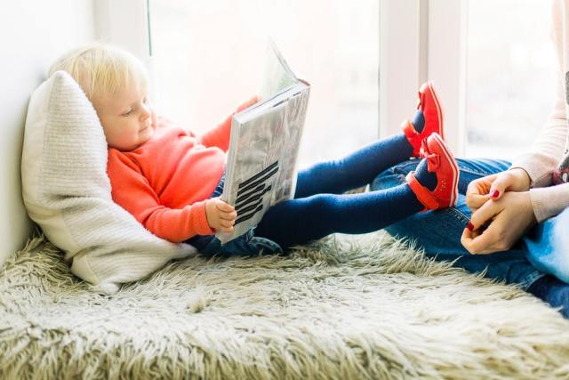 toddler reading book 1257105