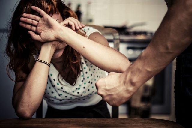Ελλάδα: Η καραντίνα έφερε ραγδαία αύξηση στα περιστατικά ενδοοικογενειακής βίας