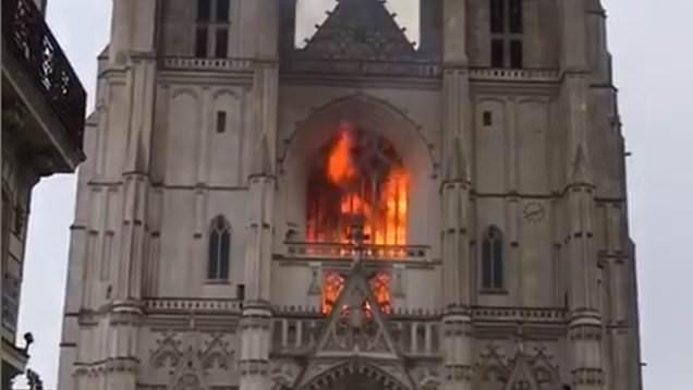 Η φωτιά στον καθεδρικό ναό της Νάντες μάλλον οφείλεται σε εμπρησμό