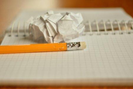 crayon mâché et feuille chiffonnée