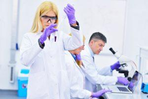 Un laboratoire très sérieux (même si les savants portent des gants violets)