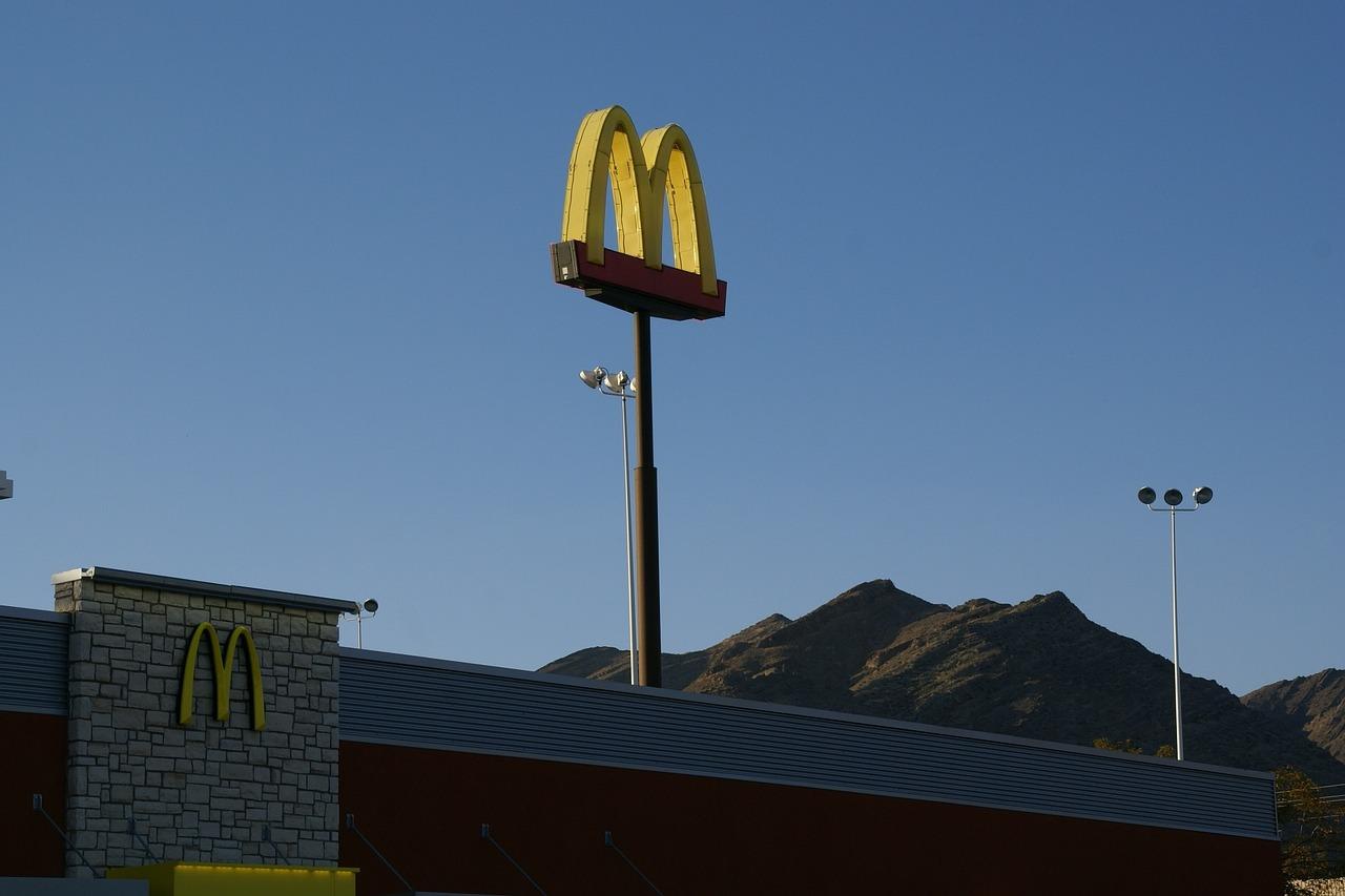 Escasez de Trabajadores en EEUU obliga a McDonald's a contratar a Adolescentes