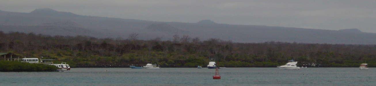 Barcos en el Canal de Itabaca entre Santa Cruz y Baltra.
